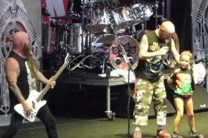 Вокалист Five Finger Death Punch спел вместе с маленькой девочкой